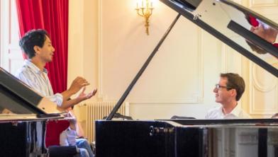 Wouter Harbers volgt een masterclass bij Wibi Soerjadi