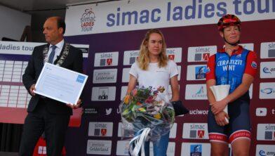Burgemeester Peter Snijders en de twee fietsambassadeurs van Zwolle Anna van der Breggen en Kirsten Wild