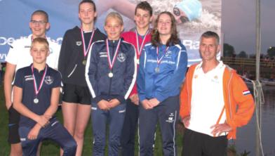 Storm en Fay Boxum (voorste rij eerste en tweede van links) bij het NK open water zwemmen
