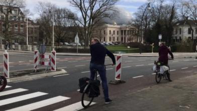 De nieuwe situatie met de bushalte maakt het voor fietsers lastiger