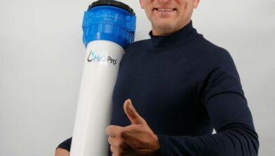 Nico Pleijsier met zijn unieke waterontharder.