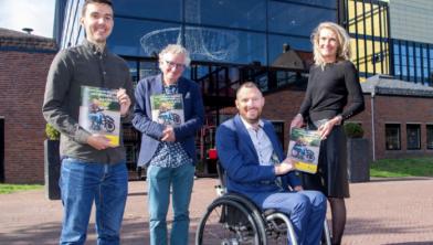 Steven van der Have en Wim Bot overhandigen samen met Fietsersbond-directeur Esther van Garderen het rapport aan Otwin van Dijk, burgemeester van Oude IJsselstreek.