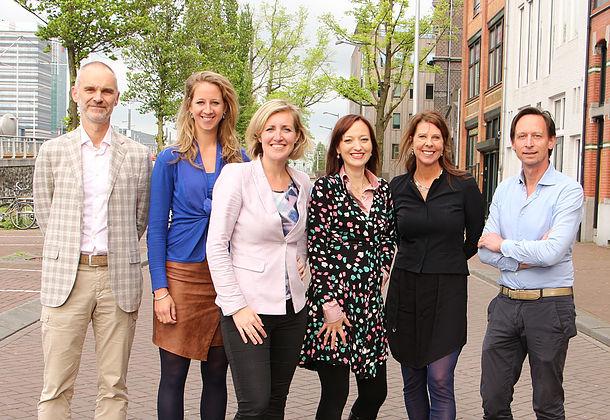 Het bestuur met derde van links Tamara de Weijer, vierde van links Iris de Vries Foto: Vereniging voor Arts en voeding