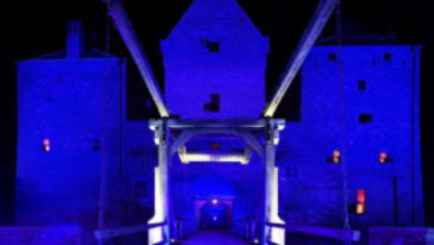 2020-10-17 21:15:20 POEDEROIJEN - Slot Loevestein kleurt blauw tijdens de nationale opening van het 75-jarige bestaan van de Verenigde Naties. De VN werden opgericht in het jaar dat Nederland bevrijd werd. In heel het land wordt stilgestaan bij de oprichting van de organisatie. ANP PIROSCHKA VAN DE WOUW