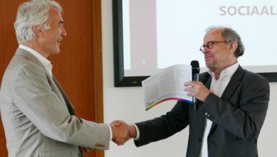 Eric van der Want (l) krijgt eerste resultaten van René Stumpel.