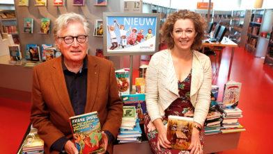 Wethouder Gerard Knoop met zijn favoriete boek, samen met Merel Barnard (specialist jeugd) van de bibliotheek.