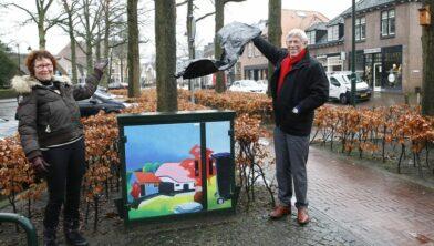 Trotse Elize van der Werff bij haar elektriciteitshuisje