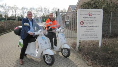 Wethouder Piet de Klein en Stefan Reijers nemen de elektrische scooters in gebruik.