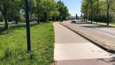 Dit fietspad krijgt een nieuwe rode asfaltlaag.