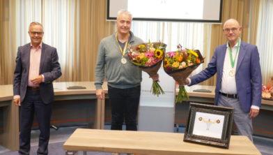 V.l.n.r. Wethouder Hans Driessen en Taalhelden Rob Nieuwpoort en Gerard van der Burgt.