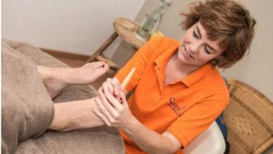Manuela geeft o.a. voetmassage.