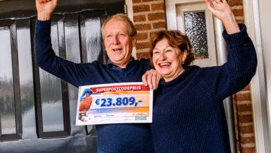 Gerard en Marian uit Winssen worden verrast met de SuperPostcodePrijs-cheque.
