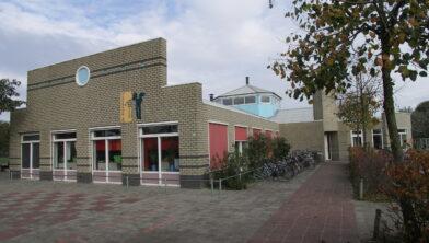 Foto van het oude schoolgebouw van Kindcentrum de Dromedaris.