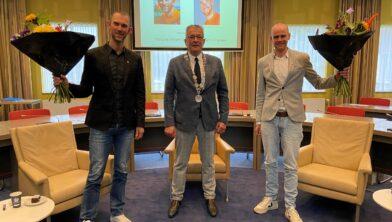 Vincent ter Schure, wethouder Piet de Klein en Timo Fransen tijdens de uitreiking