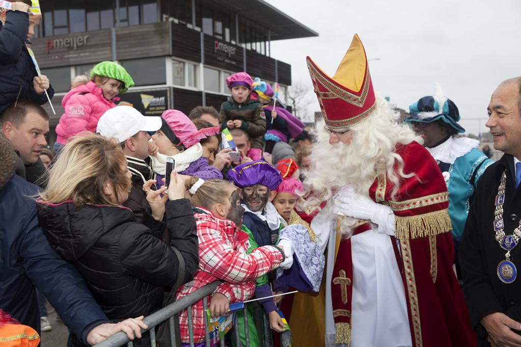 Sint bij de massaal toegestroomde kinderen in de Noordhaven (Foto: Wim Meijer Fotografie)
