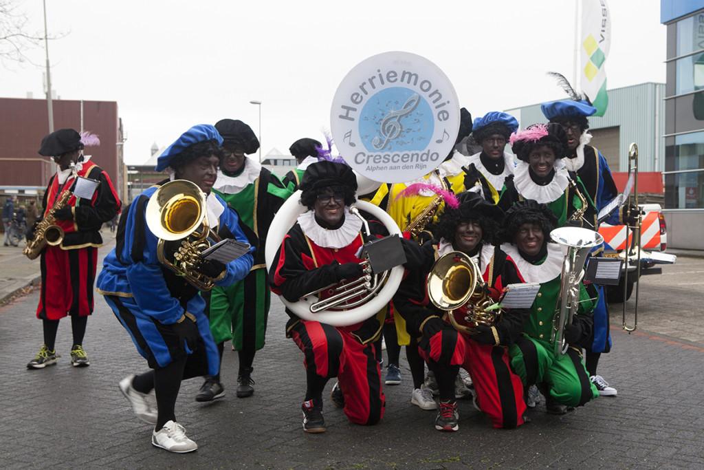 Sint in Beverwijk begeleid door compleet Pieten-muziekkorps (Foto: Wim Meijer Fotografie)
