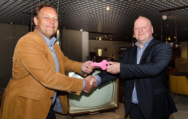 Mark Bouma (r) draagt met een symbolische sleutel zijn zaak over aan Noppes-directeur Willem Staphorsius.