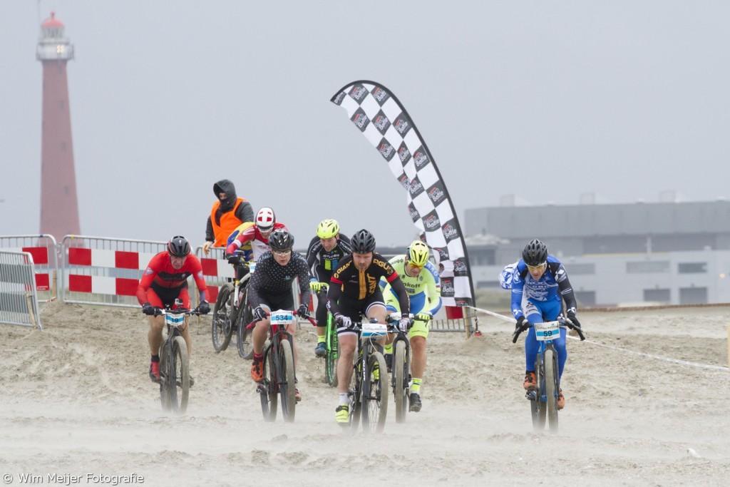 Strijd tegen wind en striemend zand (Foto: Wim Meijer Fotografie)