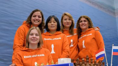Anne Haast met de andere leden van het Nederlands Olympisch Schaakteam.