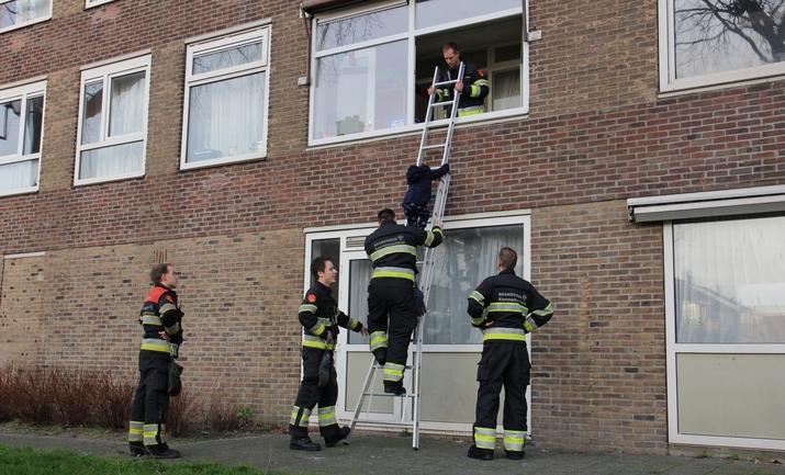 Brandweer red kindje uit woning, Graaf florislaan in Beverwijk