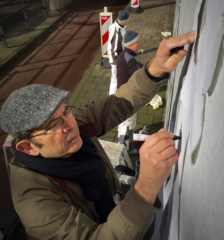 Kunstenaar Max Kisman  aan het werk (Foto: Gemeente Beverwijk)