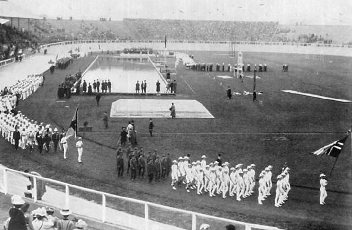 Openingsceremonie in 1908 in het White City Stadium, waar ook de marathon moest finishen (foto: Wikipedia)