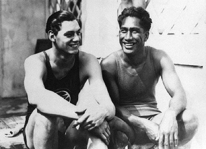 Johnny Weissmuller en Duke Kahanamoku, de nummer 1 en 2 op de Olympische 100 meter vrije slag van 1924 (foto: Wikipedia)