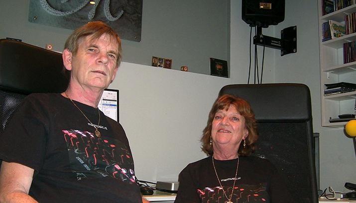 Marius en Lidwien in de radiostudio in Denia