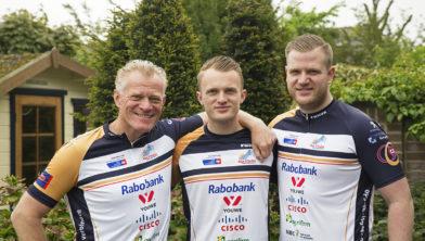Arjan Dekker met zijn zonen Wessel en Jesper klaar voor Alpe d'HuZes