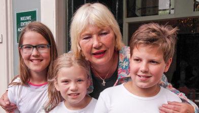 Wethouder Cecilia van Weel met de drie jeugdambassadeurs