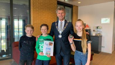 Burgemeester Martijn Smit met Jur, Rein en Krisse