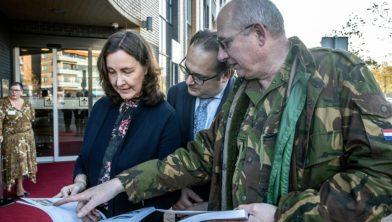 Serge Ferraro en Mieke Baltus met Libanon-veteraan Peter Broek