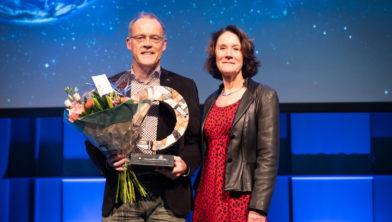 Marten de Vries met juryvoorzitter prof. dr. Louise Vet (NIOO-KNAW)
