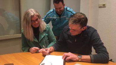 Voorzitter Karin Smit en penningmeester Jan van der Geest tekenen overeenkomst onder toeziend oog van DEM-lid Bob Hofstede