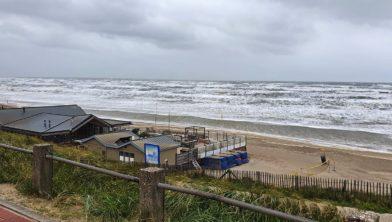 Strand Zandvoort vanmorgen leeg en verlaten  en gegeseld door Francis