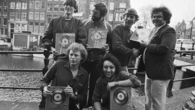 Drukwerk ontvangt een Gouden Plaat uit handen van André Hazes (1982)