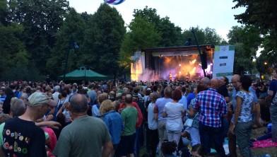 Het publiek geniet zichtbaar van het optreden van Royal Beat.