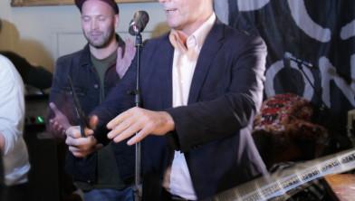 Burgemeester Depla knipt het lint door om Popronde 2015 voor Breda te openen.