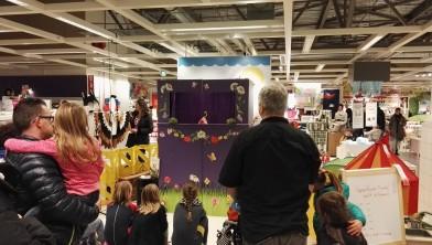 Poppenkastvoorstelling van de kikkerprins in IKEA Breda