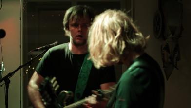 Naast zingen speelt Victor ook gitaar wanneer nodig