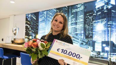 Marloes uit Breda ontvangt een cheque van de BankGiro Loterij