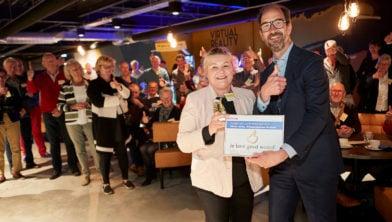 TILBURG Nicole Jorna ontvangt de gouden duim voor haar werk bij de wensambulance Brabant uit handen van Henri Swinkels