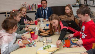 Burgemeester Roland van Kessel schuift aan bij de kinderen van De Schatkist