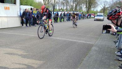 Van der Tuuk sprint naar winst in Emmen