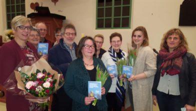 Wethouder De Visser (links) met Hornhuizers die aan de dorpsvisie hebben meegewerkt.