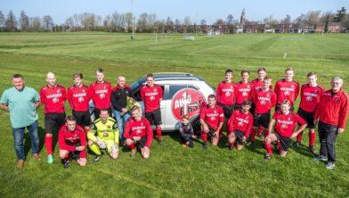 De selectie van Eenrum 1, met sponsor Sijtze de Vries (5e van links)