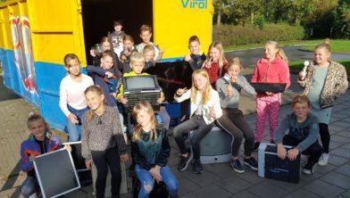 De leerlingen bij de container.