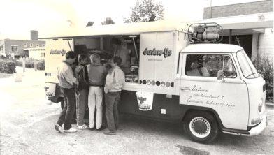 Udema's patatwagen bij de MAVO in Eenrum.