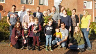 Hielke en Pietsje Postma omringd door familie en burgemeester Henk Jan Bolding