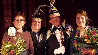 Prins Jan V en adjudant Henk Gerdez met de hofdames Jette Gerdez en Tineke Meinema (rechts).